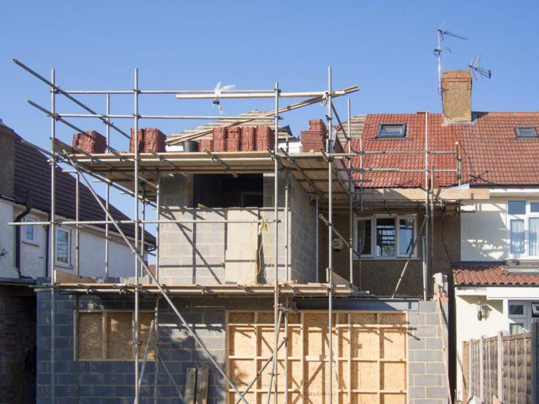 Jakie rusztowania wybrać do prac budowlanych